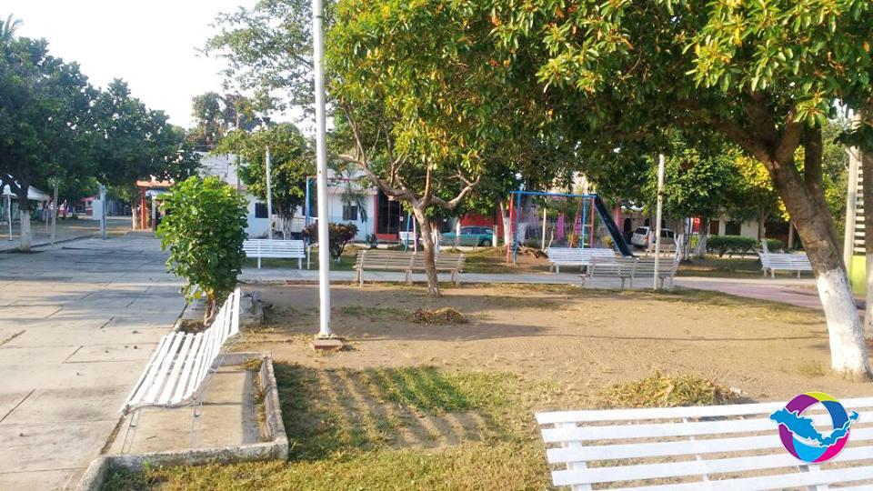 Contin an trabajos de mantenimiento en reas verdes for Jardin de villa de alvarez